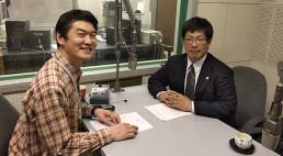 パーソナリティーの山内要一アナウンサー(左)と札幌弁護士会会長の太田賢二弁護士(右)