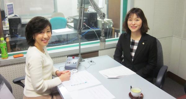 パーソナリティーの森理恵アナウンサー(左)と札幌弁護士会高齢者・障害者支援委員会の髙橋智美(右)