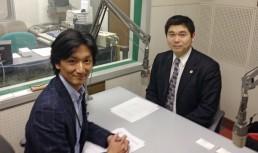 パーソナリティーの加藤雅章アナウンサー(左)と札幌弁護士会 西博和弁護士(右)